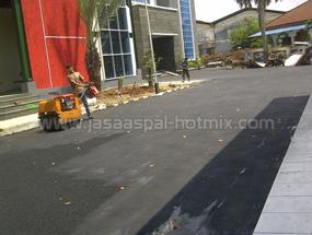 Proyek Pengaspalan di Gedung PPKD Jakarta Barat